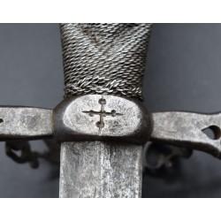 Daga Española de anillo siglo XVI cincelado cruz de calatrava