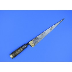 Cuchillo de Albacete siglo XVIII hoja triangular burilada cabo